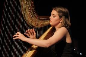 Olivia Debrabandere harp
